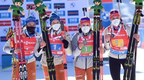 Die deutschen Biathlon-Damen-Staffel mit Vanessa Hinz, Franziska Preuß, Janina Hettich und Denise Herrmann (l-r) gewann WM-Silber.
