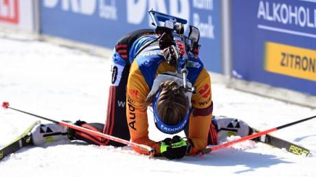 Franziska Preuß sinkt im Ziel auf die Knie: Sie belegte den sechsten Platz beim Massenstart.