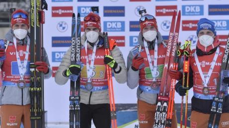 Die deutsche Biathlon-Männerstaffel: Philipp Nawrath (l-r), Arnd Peiffer, Benedikt Doll und Erik Lesser dem Sieg.