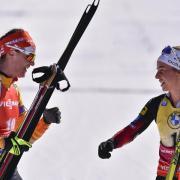 Der Rennkalender der Saison 21/22 steht fest. Alle Infos zu Terminen, Uhrzeiten und Orten finden Sie hier. Im Bild: Denise Herrmann (l) gratuliert WC-Gesamtsiegerin 20/21, der Norwegerin Tiril Eckhoff, zum Sieg.