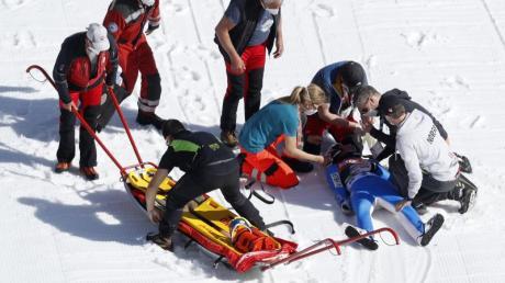 Sanitäter kümmern sich in Planica um den schwer gestürzten Daniel André Tande.