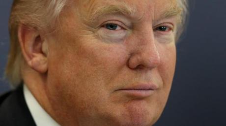 Der US-Geschäftsmann Donald Trump sorgt sich um den Blick von seinem Luxus-Golfplatz.