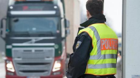 Als die Polizei den Lkw auf dem A8-Parkplatz öffnete, kamen drei Männer heraus.