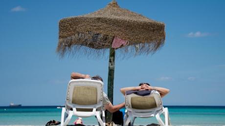 Die Erinnerungen an den Strandurlaub wollen sich manche Reisende durch Mitbringsel verlängern. Doch nicht alles darf man mitnehmen. Selbst Sand kann kritisch sein.