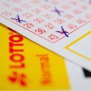 Das Risiko, den Lotto-Einsatz zu verlieren, ist für die meisten vertretbar. Das Risiko, an der Börse Verluste zu erleiden, wird oft stärker wahrgenommen, obwohl die Chance auf Erträge hier höher ist. Foto: Franziska Gabbert/dpa-tmn