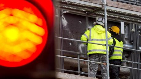 Bauarbeiter auf einer Großbaustelle: Leiharbeiter verrichten öfter körperlich schwere Arbeiten und leiden unter der Unsicherheit ihrer Jobs. Foto: Julian Stratenschulte