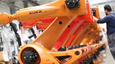 Kuka-Roboter werden in einer Produktionshalle der Kuka-Zentrale in Augsburg montiert.