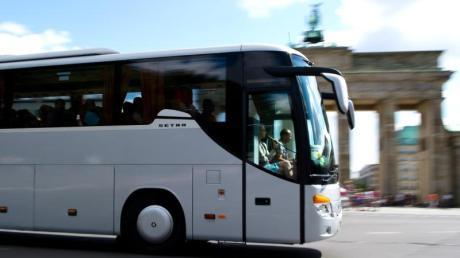 Eine Mini-Police gibt es auch für Busreisen. Laut «Finanztest» fällt die Versicherungssumme aber zu niedrig aus. Foto:DanielBockwoldt/dpa