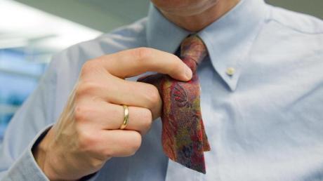 Schöner Brauch oder Sachbeschädigung?Auch an Weiberfastnacht 2020 sollten Berufstätige nachfragen, bevor sie mit der Schere auf die Krawatte eines Kollegen losgehen.