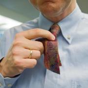 Schöner Brauch oder Sachbeschädigung?Auch an Weiberfastnacht 2021 sollten Berufstätige nachfragen, bevor sie mit der Schere auf die Krawatte eines Kollegen losgehen.
