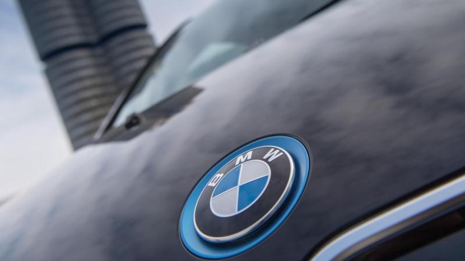 Das BMW-Logo auf einer Motorhaube vor der Zentrale des Konzerns in München. Foto: Peter Kneffel
