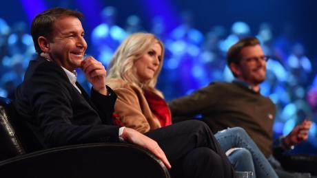 """Rewe-Chef-Einkäufer Hans-Jürgen Moog (links) sitzt mit Model Lena Gercke und Moderator Joko Winterscheidt in der Jury von """"Das Ding des Jahres""""."""