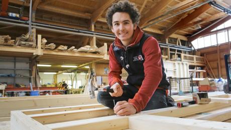 Schleifen, sägen, bohren, nageln – Holzverarbeitung ist für Jannes Krauter Alltag. Er macht eine Ausbildung bei der Zimmerei Möst in Nesselwang.