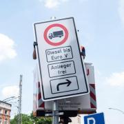Ein Fahrverbotsschild wird an der Max-Brauer-Allee inHamburg aufgehängt. Foto:Daniel Bockwoldt