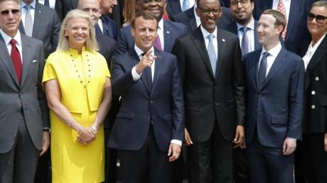 Emmanuel Macron (M) zum Fototernmin mit Gästen der Technologiekonferenz «Tech for Good».