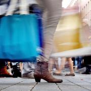 Passanten mit Einkaufstüten in einer Fußgängerzone. Foto: Henning Kaiser