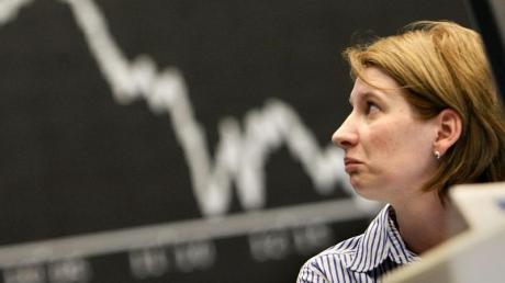 23.10.2008, Hessen, Frankfurt am Main: Eine Brokerin schaut in der Börse in Richtung des Dax-Index.