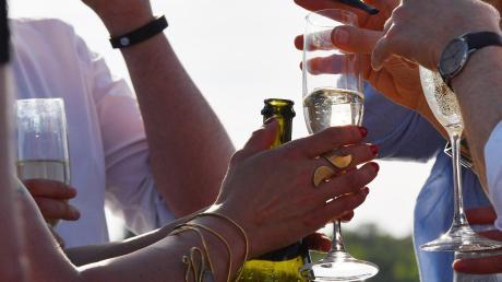 """Viel Reichtum, aber seltener Champagner: """"Abzuheben ist eine latente Gefahr für die Elite in Deutschland"""", sagt Autor Georg Meck."""
