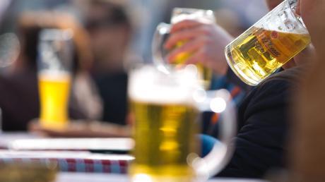 Während eines Fußballspiels trinken viele Zuschauer gerne Bier.