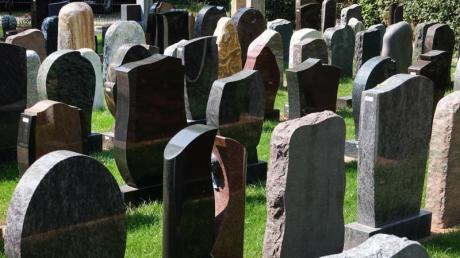 Ein Grabstein kann für Sozialbestattungen unter bestimmten Bedingungen angemessen sein. Foto: Jens Kalaene/Symbolbild