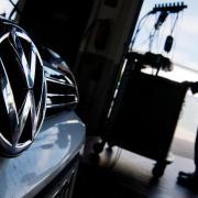 Ein Kfz-Meister lädt im Rahmen der Rückrufaktion zum Abgasskandal ein Software-Update auf einen Volkswagen Golf. Foto: Julian Stratenschulte