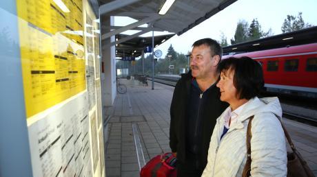 """""""Wir bekommen einfach keine Information"""": das Ehepaar Cornelia und Ulrich Hagen am Bahnhof Hergatz."""