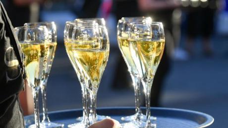 Champagner gibt es nur auf exklusiven Feiern und in der Formel 1? Das gilt schon lange nicht mehr - mittlerweile gibt es den edlen Tropfen auch auf dem Augsburger Plärrer.