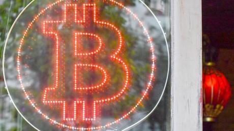 Ein Bitcoin-Logo hängt im Schaufenster einer Bitcoin-Kneipe im Kreuzberger Graefekiez. Foto: Jens Kalaene