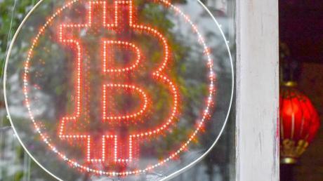 Die Mehrheit der Verbraucher in Deutschland steht Bitcoin und Co. trotz des Hypes um Digitalwährungen skeptisch gegenüber. Foto: Jens Kalaene