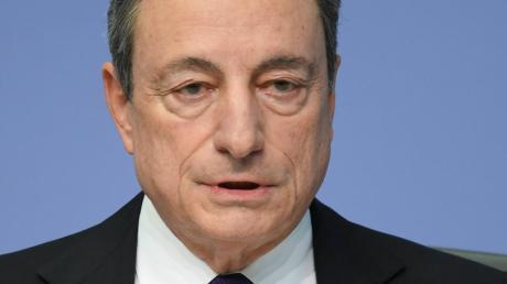 Links der Kritisierte, rechts der Kläger: Die Politik des billigen Geldes von EZB-Chef Mario Draghi war gerade in Deutschland umstritten. AfD-Gründer Bernd Lucke brachte zusammen mit anderen den Fall vor Gericht. Die AfD hat Lucke inzwischen längst verlassen.