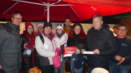 Der Kindergarten Ottmarshausen gewann bei der Weihnachtsbaumaktion eine Geldspende der Augusta-Bank.