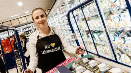 Antonia Hildebrandt lernt in ihrer Ausbildung viele verschiedene Bereiche kennen. Ein Kurz-Praktikum in einem der Edeka-Märkte gehört ebenso zum Ausbildungsprogramm wie Stationen im Einkauf für Non-Food-Produkte oder im Sortimentscontrolling. Foto:Markus Scholz