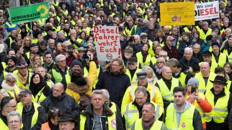 """""""Grüne weg, Grüne weg"""", skandieren die Demonstranten in Stuttgart und kämpfen für den Diesel."""