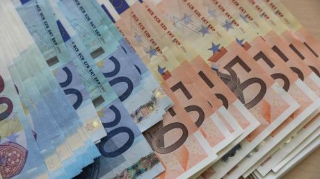 Allianz-Mitarbeiter bekommen 95 Prozent ihres Gehalts zusätzlich, Porsche zahlte im vergangenen Jahr fast 10.000 Euro.