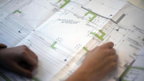 Per Hand wird nicht mehr gezeichnet - auch wenn es noch Teil der Berufsausbildung eines Bauzeichners ist. Die detaillierten Pläne entstehen heute am Computer. Foto: Ina Fassbender