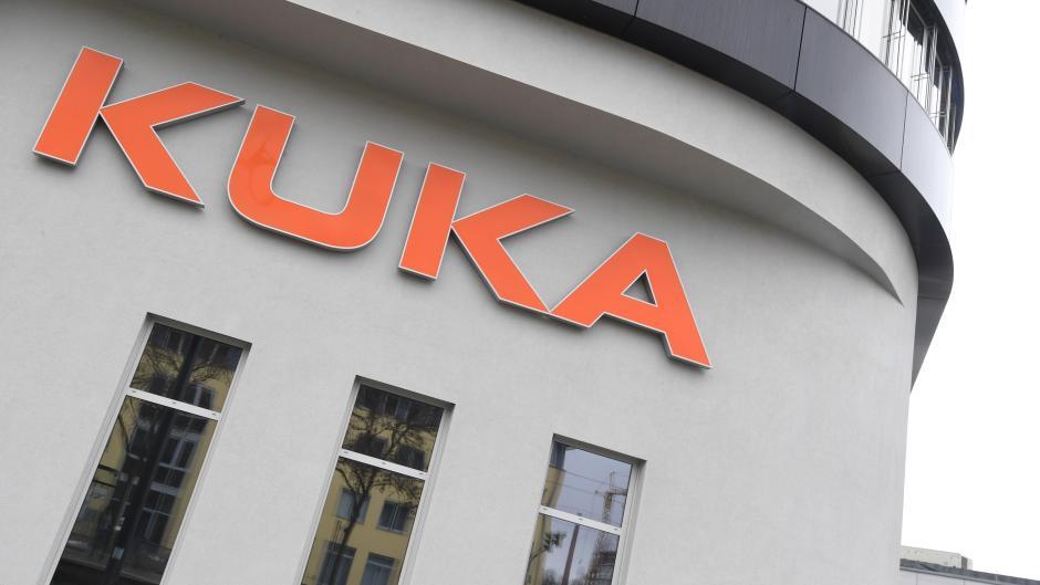 Der Augsburger Roboterhersteller Kuka war 2016 vom chinesischen Konzern Midea übernommen worden. Nun hat er ein Reiseverbot von und nach China verhängt.
