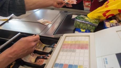 Arbeitslosengeld-Empfänger können sich einen Vorschuss von nun an auch an Supermarktkassen auszahlen lassen. Foto: Armin Weigel