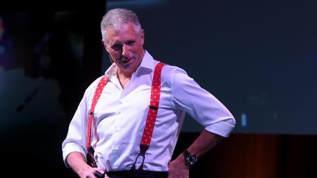 Die roten Hosenträger trug Dirk Müller schon an seinem ersten Arbeitstag auf dem Parkett der Frankfurter Börse. Für sein Bühnenprogramm hat er sie wieder ausgepackt.