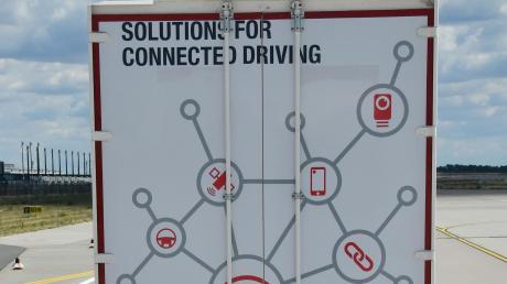 Mit Hilfe eines technischen Steuerungssystems sollen die Lastwagen eng hintereinander fahren.
