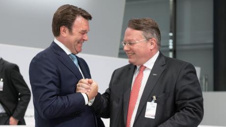 Guter Dinge, trotz sinkender Absätze: Audi-Chef Bram Schot (links) und Finanzvorstand Alexander Seitz bei der Hauptversammlung.