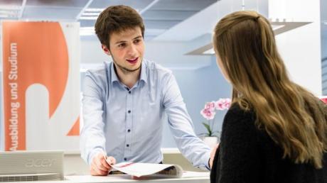 Ankommende Kunden lotst er weiter an die richtigen Stellen: Lauritz Kann macht seine Ausbildung zum Fachangestellten für Arbeitsmarktdienstleistungen unter anderem im Berufsinformationszentrum der Arbeitsagentur. Foto: Markus Scholz
