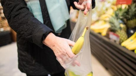 Der Discounter Aldi schafft die kostenlosen Obst- und Gemüsebeutel aus dünnem Plastik ab. Vom Sommer an müssen Kunden einen Cent pro Stück zahlen.