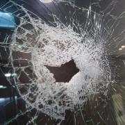 Unbekannte Täter haben in Königsbrunn das Schaufenster eines Friseursalons beschädigt.