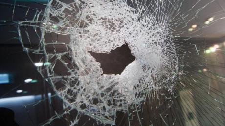 Ein unbekannter Täter hat die Scheiben eines Supermarktes in Königsbrunn beschädigt.