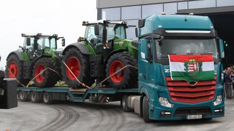 """Fertig zum Abtransport: Jeder zweite Fendt-Traktor geht in den Export. Entsprechend international ist auch der Werbeslogan des Konzerns: """"It's Fendt. Weil wir Landwirtschaft verstehen."""""""
