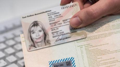 Passfotos sollten nach einem Gesetzentwurf des Innenministeriums in Zukunft direkt auf dem Amt gemacht werden. Nach Kritik soll die Vorschrift nun doch gelockert werden.