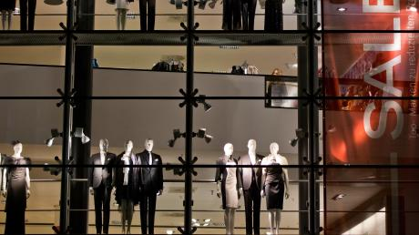Der klassische Modehandel hat aus Sicht des Modeexperten Jochen Strähle seine Zukunft verschlafen. Den Vorsprung, den Zalando und Amazon haben, können seiner Meinung nach viele nicht mehr aufholen.