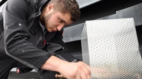Dieser Metallkasten soll auf dem Dach der Euskirchener Kreisverwaltung verbaut werden. Foto: Henning Kaiser/dpa-tmn