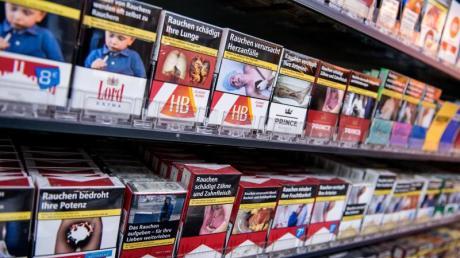 Eine Nichtraucherinitiative wollte durchsetzen, dass künftig sämtliche Kunden beim Einkauf im Supermarkt die Ekelbilder auf Zigarettenschachteln betrachten müssen. Foto: Daniel Bockwoldt/dpa