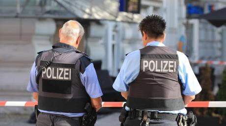 Polizeibeamte werden einer Umfrage zufolge im Dienst häufig beschimpft, behindert oder gar angegriffen. Foto: Peter Gercke/dpa